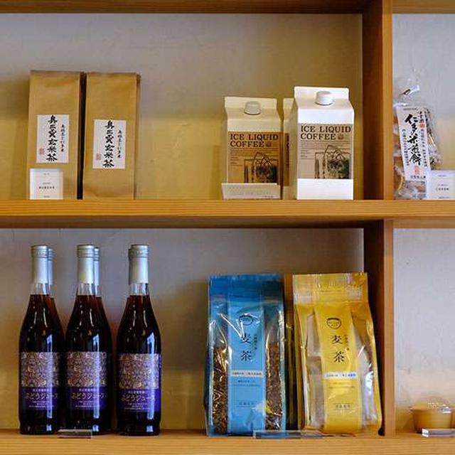 画像: 原材料にこだわった加工品、お茶や調味料なども扱っています。