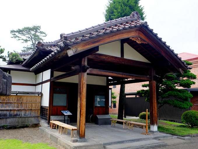 画像: この大正浪漫喫茶室があるのは「藤田記念庭園」。カフェがある洋館と和館があります。どちらも国の登録有形文化財。元々は実業家・藤田謙一氏の別邸でした。こちらは和館で、県内であまり見かけなかった瓦が使われていました。