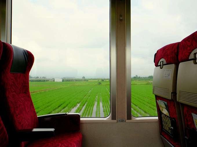 画像: 窓が大きく景色を堪能。広ーい平野が続きます。