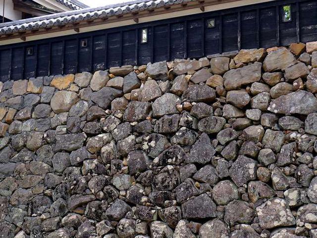 画像: こちらは「打ち込みハギ」。石と石の間に小さな石を詰め込んでいます。