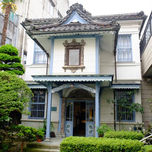 画像: 鯖江で登録有形文化財に指定されている「恵美写真館」。はめ込み窓や鳳凰の絵などが漆喰で描かれています。近代建築がふんだんに使われた和洋折衷の木造住宅です。