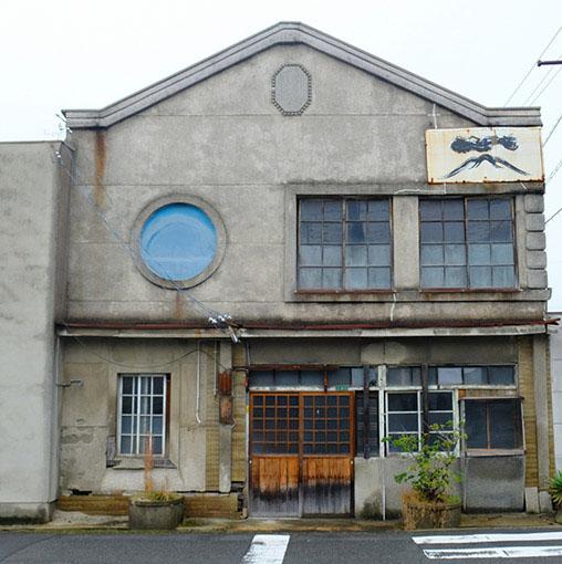 画像: 竹原には古くてモダンな建物が沢山残されていて、それらを見て回るのも楽しいです。こちらは元おそば屋さん。