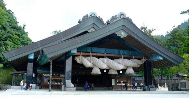 画像: そして大きさ日本最大級というしめ縄をかけているのが神楽殿。主にご祈祷や婚礼が行われる場所です。来年に向けかけ替えが行われるのではないかという話です。架け替えの際はクレーン車を使って4トンとも5トンとも言われる重さのしめ縄を持ち上げます。