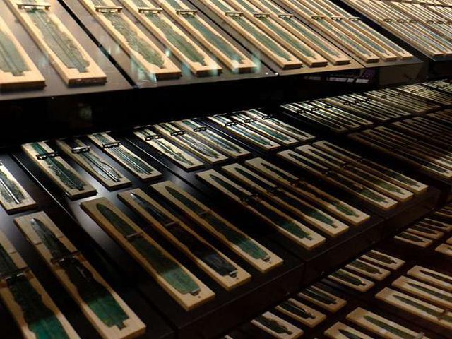 画像: これだけの銅剣を古代の人が一体何に使ったのかは…、謎です。358本、全てが国宝です。