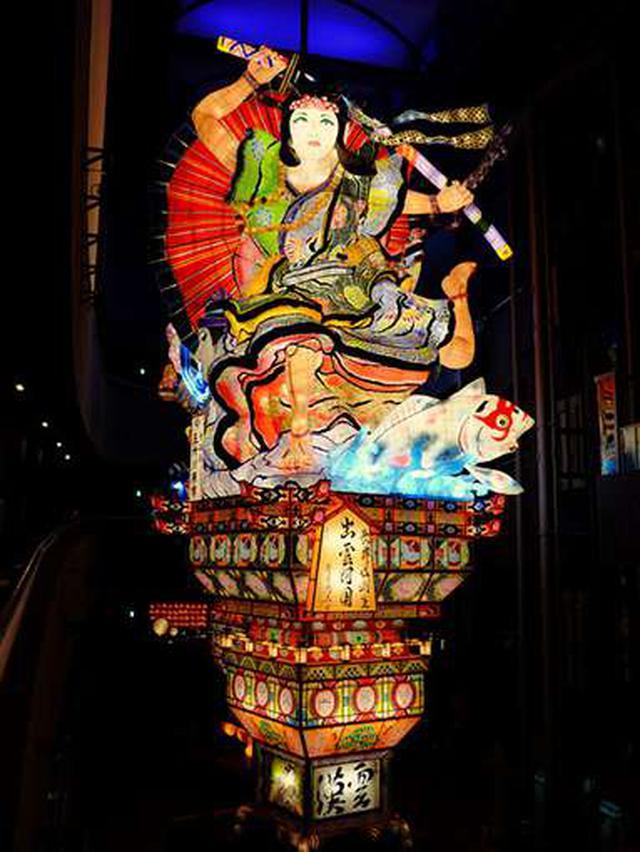 画像: やはりこうして見ると高い!「雲漢」と書かれているのは中国語で「天の川」の意味。ねぷたは夏のお祭りですから、こうした言葉が書かれているそうです。