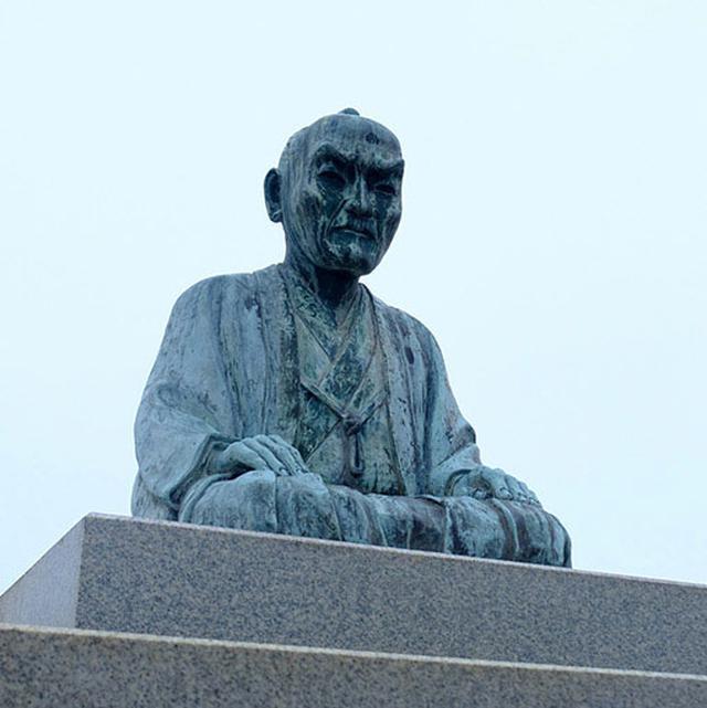 画像: 銅像は頼山陽。叔父であった春風は医業を営んでいましたが、その後塩田経営も行い竹原に大きな邸宅を設けました。その後復古館離れ座敷を光本家が居とし、光本邸という名前で公開されています。