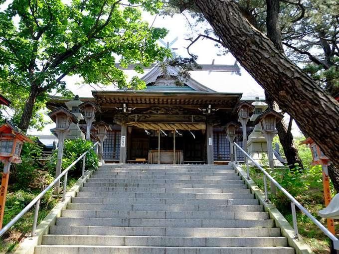 画像: 立派な拝殿ですね。奉献された灯篭が沢山立ち並びます。