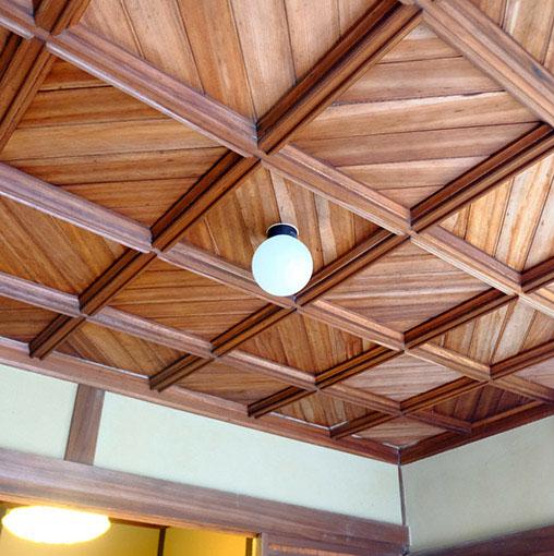 画像: 最後に玄関の車寄せ天井を。純和風の邸宅の中、大正時代増築部分のここだけが洋風でした。