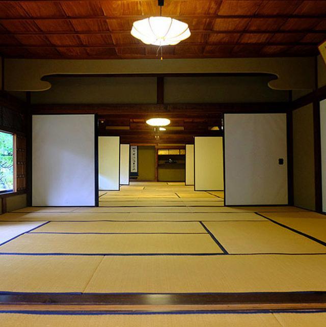 画像: 奥まで和室、5部屋。ここは家の中でも縁側を挟んで庭が見える良い場所。一番奥には床の間がある客間があります。