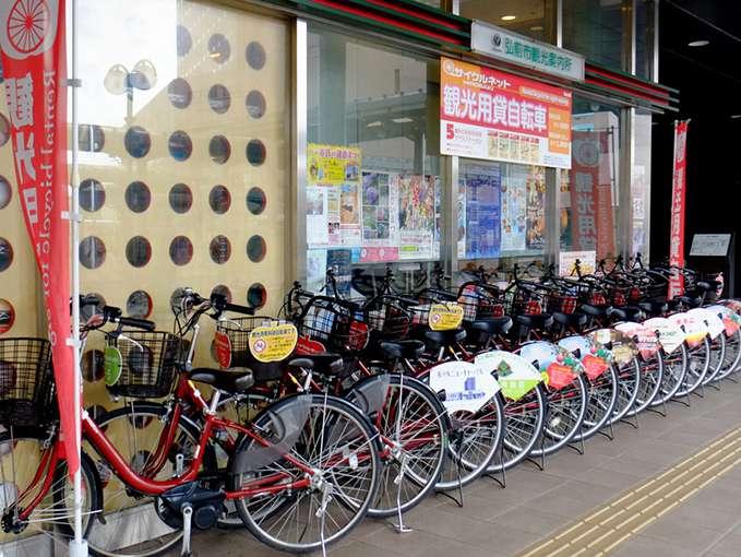 画像: 駅前りんごのポストのすぐ横に「弘前市観光案内所」があります。ここではレンタサイクルを借りました。
