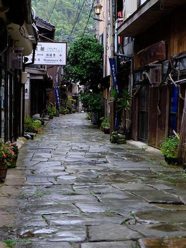 画像: 美保関の街には青石を敷き詰めた通りが筋になって広がります。これは海石を使って作った江戸時代後期にできた舗装道路です。