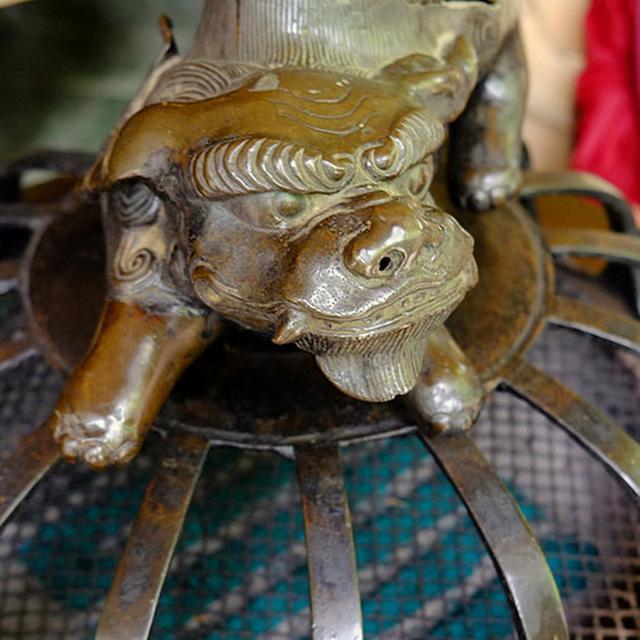 画像: 承陽殿の前に置かれた香炉。