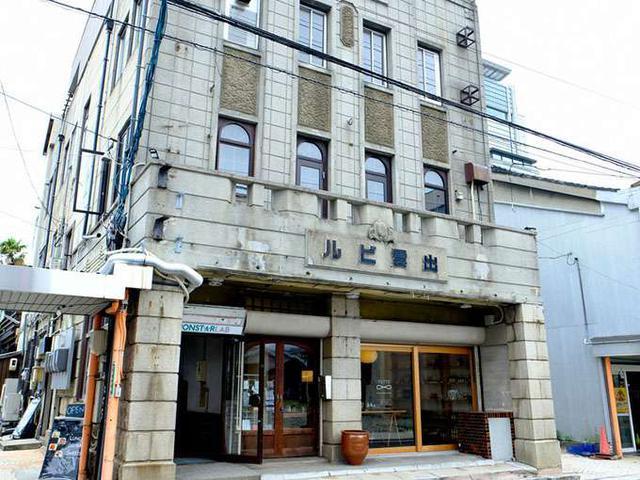 画像: 「出雲ビル」という歴史ある古いビルの1階にあります。
