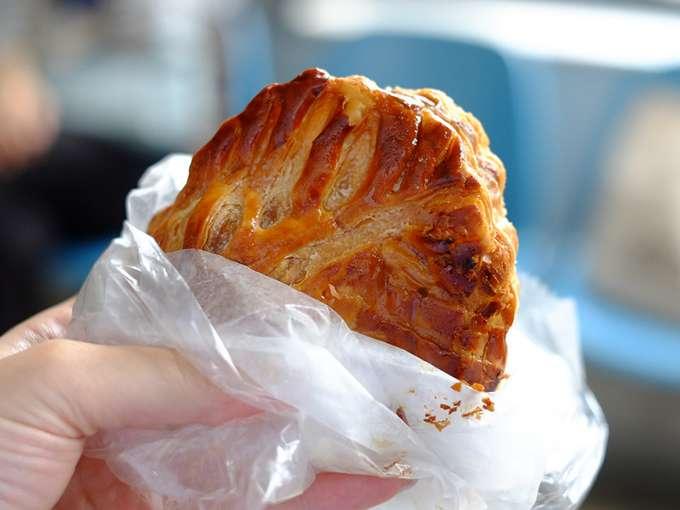 画像: パン屋さんとはいえその本格的なパイ生地は素晴らしい食感でした。香ばしくサクサクな生地にりんごがたっぷりです。