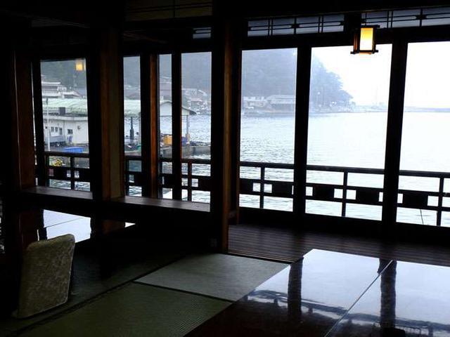 画像: 海を見渡せる宴会場。昔はここから釣り糸をたらして魚釣りを楽しんでいたのだとか!