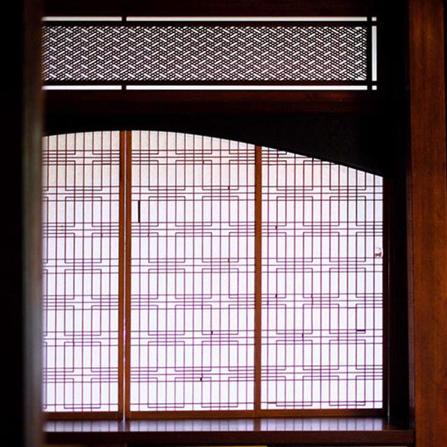 画像: 離れの座敷の意匠も大変美しく光に透ける組子が芸術的です。作られた時代をそのまま保っていることが評価されています。