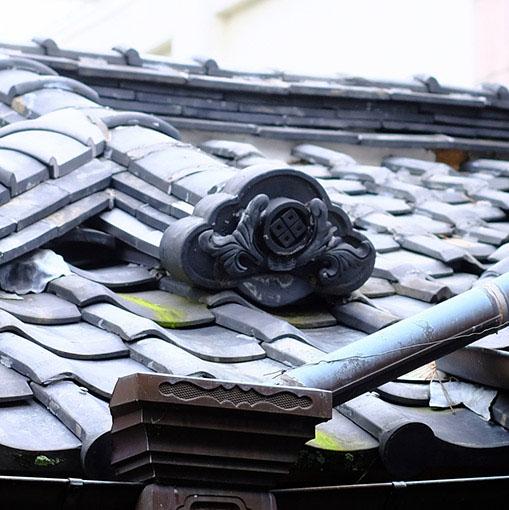 画像: 後に増築された部分の瓦には森川家の紋があります。
