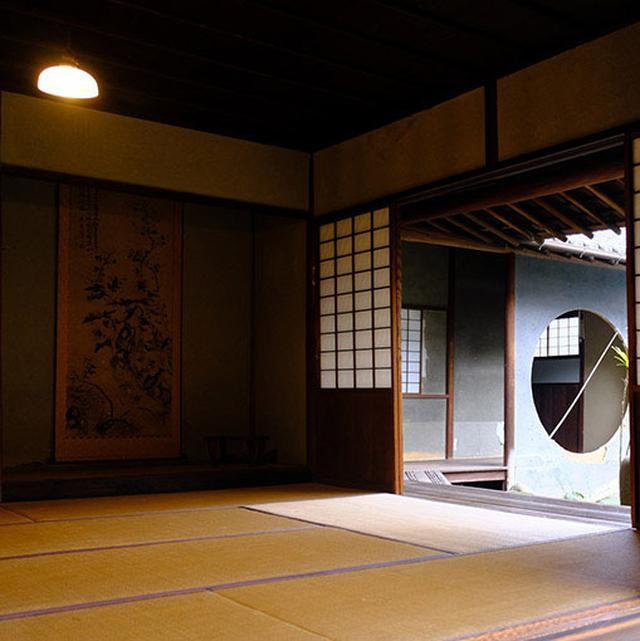 画像: 数寄屋造りの伝統的純和風のお宅。丸窓に抜くなどの粋なデザインも取り入れられています。