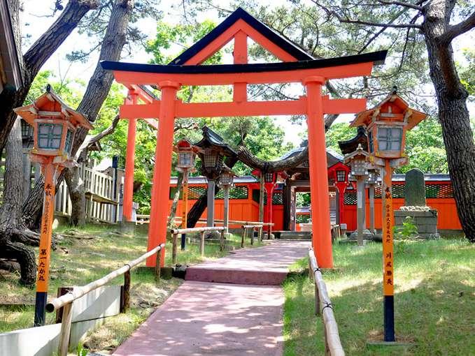 画像: 拝殿、本殿の背後にはもともとこの地に祀られていた「三王神社」があります。こちらも必ずお参りしたいお宮です。