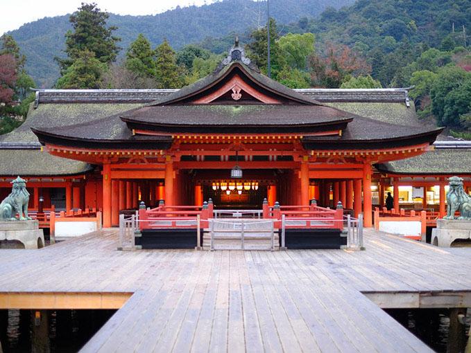 画像: 手前から、平舞台、祓殿、拝殿、幣殿、本殿。