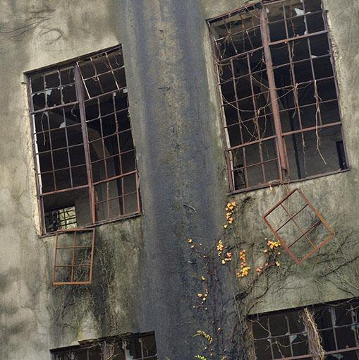 画像: このように残る建物もあり、また、終戦後旧日本陸軍により隠蔽するため破壊された建物もあります。道中、確実に人工物なのだけれど何なのかわからないものもありました。