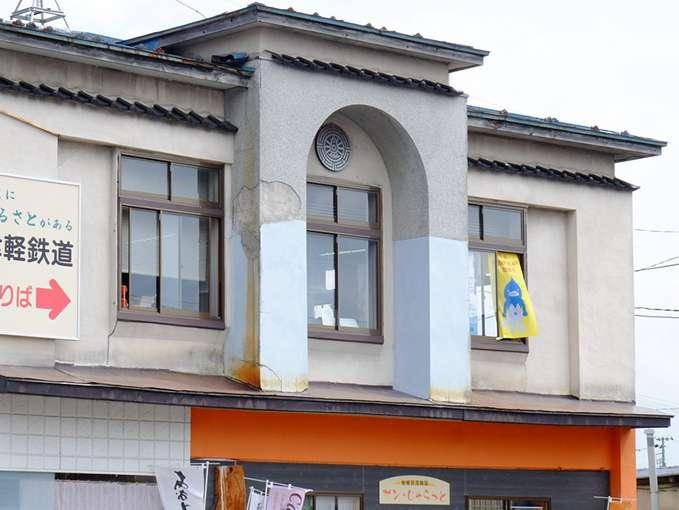 画像: 駅前の古い建物には、国鉄時代の動輪マークが残っていましたよ。