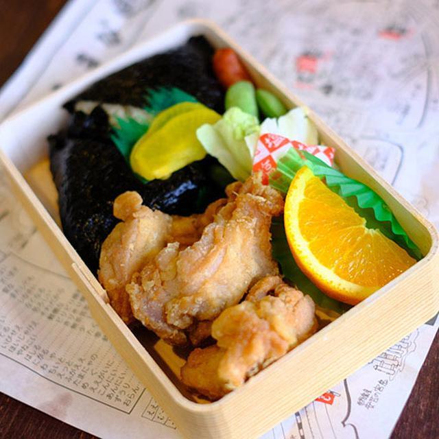 画像: こちらがむさしで人気の「若鶏むすび弁当」。広島カープの試合が行われている間は赤いパッケージになりますが、今年はV9を果たしたということでシーズン終了後もこのパッケージが採用されています。大きなから揚げ3つとおにぎり2つは朝からヘビー!でも手作り感満載でおいしいです。