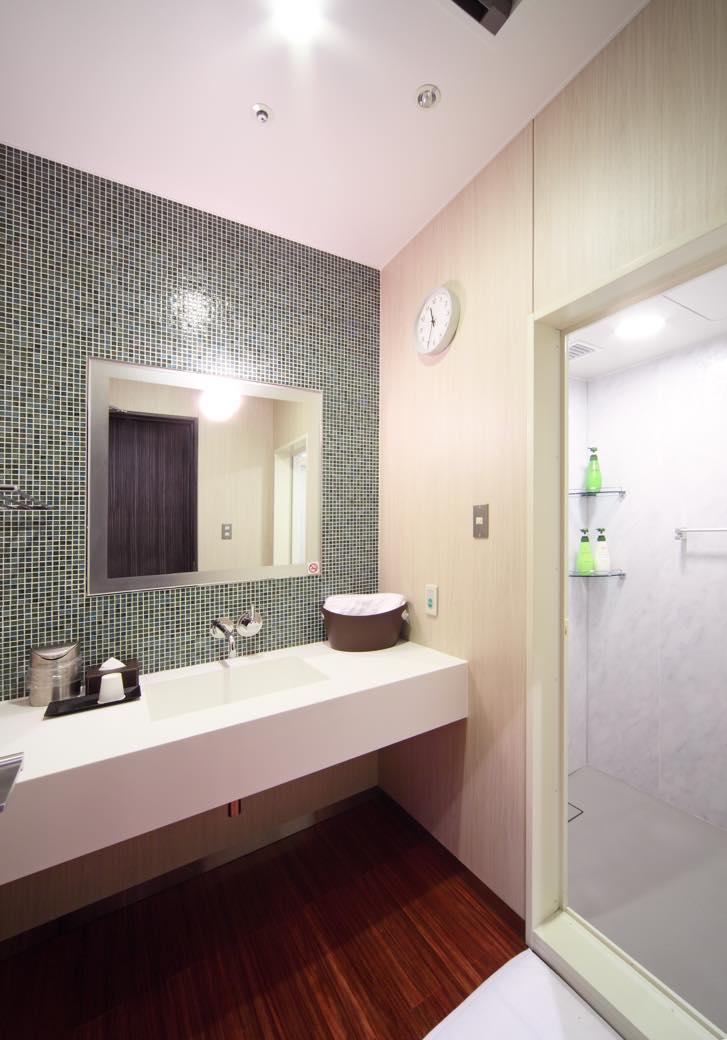 画像2: たっぷり汗をかいたなら、24時間利用可能なシャワールームへ シャワールーム(国際線ターミナル2F到着ロビー)
