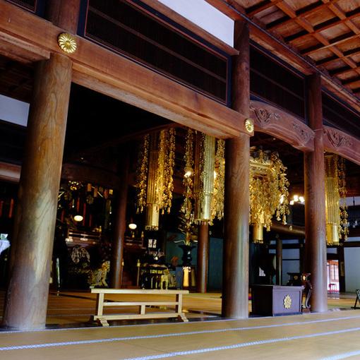 画像: 長い階段を上ってたどり着いたのは、約420畳という大きさを持つ「法堂(はっとう)」。様々な法要が行われる場所で金色の任天蓋が煌びやかです。