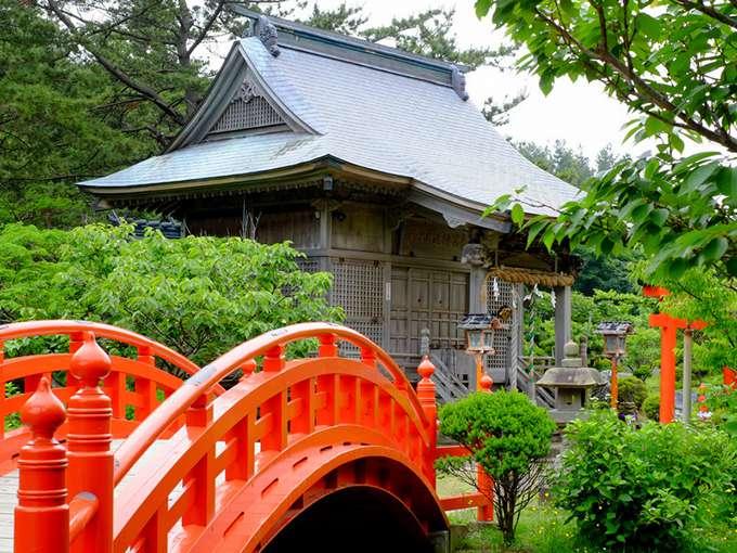 画像: 蓮池にかかる太鼓橋を渡ると「龍神宮」。水の神様です。季節によっては桜の景色。神社から日本海までは5~10分。波の荒い領域であることから、海の仕事をする人たちはここへお参りして安全を祈願していたのかもしれません。 千本鳥居は巨大な龍の胴体と考えると、ここはちょうど龍の頭ということにもなります。お参りはもちろんですが、このお庭の散策は心が洗われるようなすがすがしい気持ちになれます。
