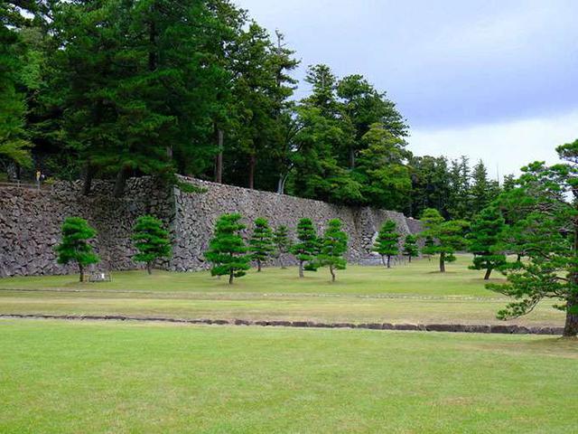 画像: ここはかつて米蔵があった二の丸下の段。今は大茶会などイベントが開催される場所です。ここには地下遺構が眠っています。