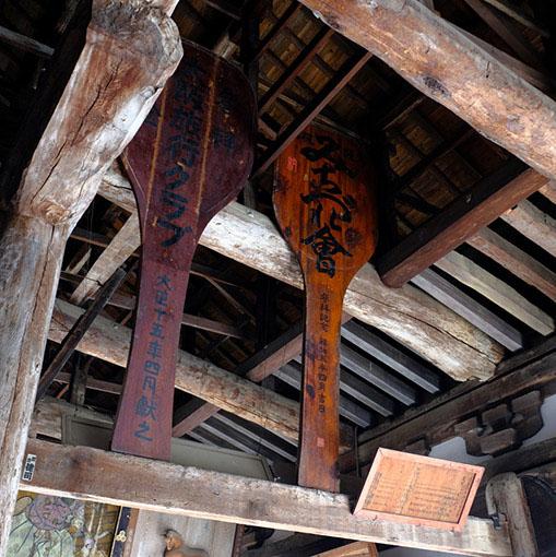 画像: 大屋根を支える梁が何本もむき出しになっているのは圧巻です。大きな絵や額、しゃもじなどが飾られているのもダイナミックです。