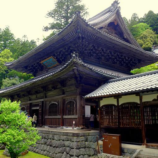 画像: 「大庫院」から眺める「仏殿」。総ヒノキ造りで1902年に改築。この日は仏儀が行われていました。