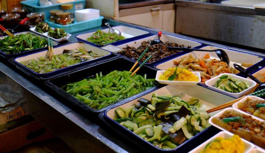 画像: 手作りの煮ものや野菜の和え物を売っているお店に近づくと…。