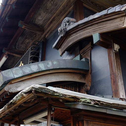 画像: 瓦が好きで屋根ばかり見て歩いている私ですがこれは興奮しました!大塚呉服店の屋根は下から「檜皮(ひわだ)」「銅板」「瓦」の昔の屋根三兄弟が一堂に揃っているのです。時代によって少しずつ修復していった結果でしょうか。すべてが一度に見られる大変貴重なお宅でした。