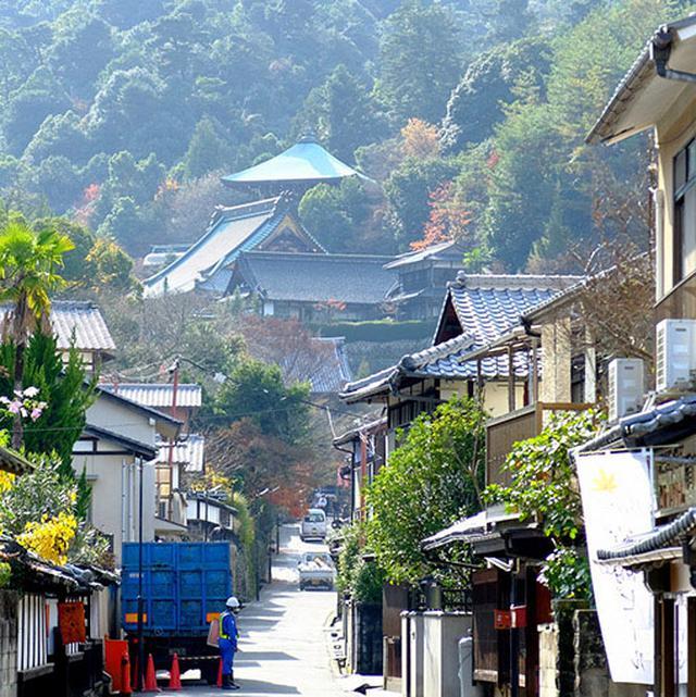 画像: 緩い坂道を上りながら目の前の大聖院を目指します。弘法大師により806年開山。