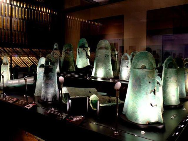 画像: こちらは、荒神谷遺跡から直線距離で3.4キロの場所にある加茂岩倉遺跡(雲南市)から出土した銅鐸。これは鳴らすものであったようです。これらの銅鐸も全て国宝です。