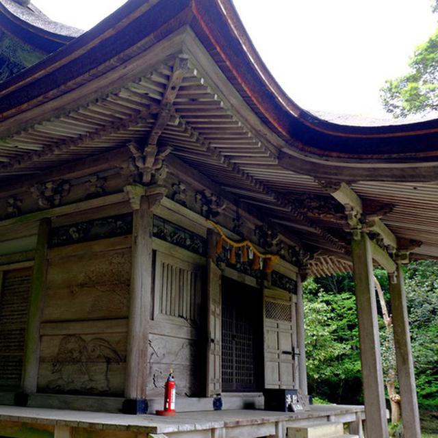 画像: 護摩堂。国の重文。流麗なカーブを描く屋根を持つ建築物。こちらも前田利常時代に建設されたもの。