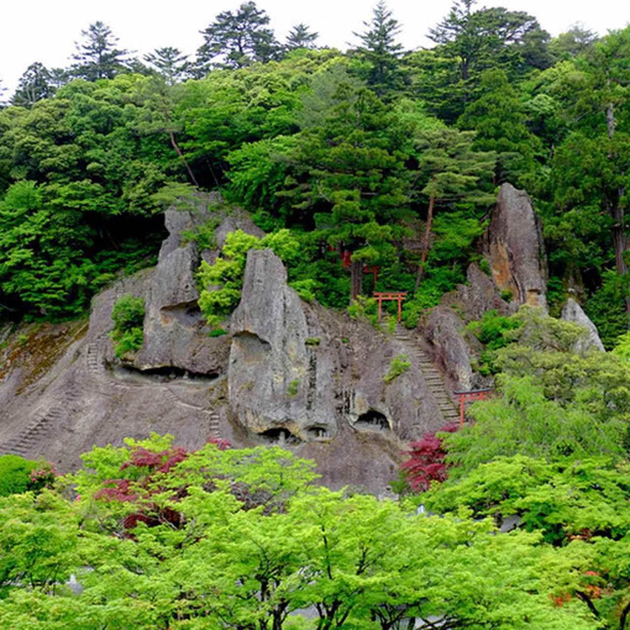 画像: 新設された展望台へ登ると奇岩遊仙境が一望できます。那谷寺の岩山の中には沢山の洞窟があり、特に本殿では母親の胎内からの生まれ変わりと捉え、「胎内くぐり」をすることで清い自分に生まれ変わるとも言われています。