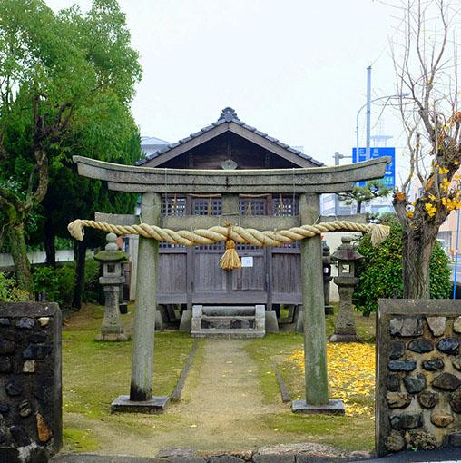 画像: 竹原駅へ到着したら、ここから数分のところにある「竹原町並み保存地区へ」。竹原は塩田として栄えた街です。入り口に差し掛かるところに小さな社がありました。