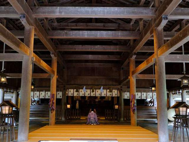 画像: 広い拝殿の中で祝詞が始まりました。