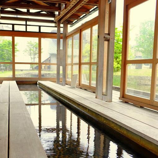 画像: 配湯所の横には足湯もあります。温泉街を歩いた後のシメにもう一度足湯であったまるのもいいですね。