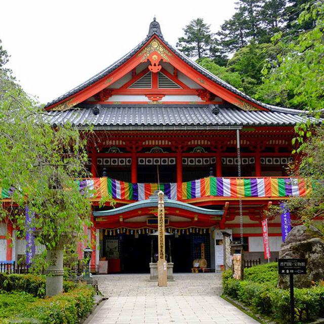 画像: 金堂華王殿。煌びやかな朱塗りの建物です。平成2年に建立。このお寺のご本尊と同じ「十一面千手観音」が収められています。内部は撮影禁止。