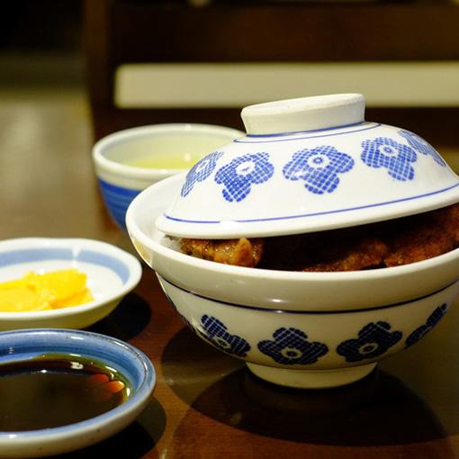 画像: 福井の名物ともなったソースカツ丼の元祖。薄く叩かれたカツが3枚乗っています。