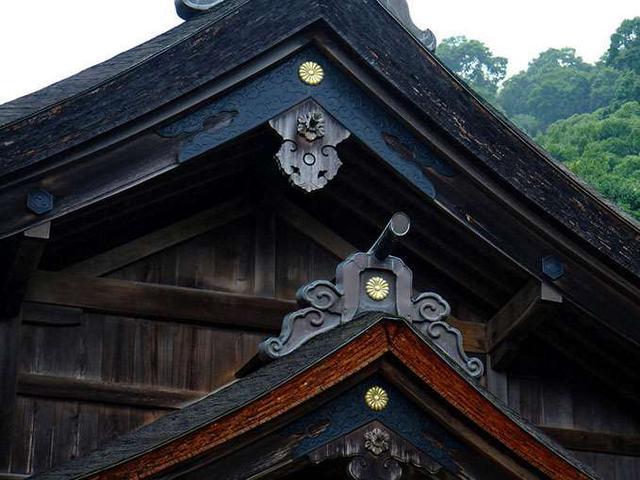 画像: 神社の紋の不思議。両脇には神様それぞれの紋。しかし金色に輝く菊の御紋は…。日本書記によると、事代主神の娘、孫娘が天皇家に嫁いだということで、この紋を入れることを許された皇室ゆかりの神社なのでした。