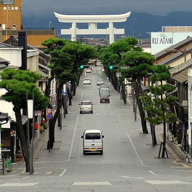 画像: 勢溜から見る神門通り。勢溜に向かって上り坂になっていることがわかります。奥に見えるのは一の鳥居。鉄筋コンクリート製です。