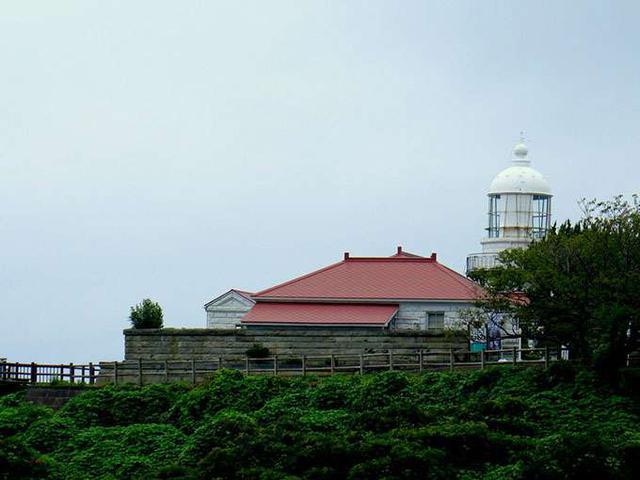 画像: 赤い屋根は元々灯台守の宿舎。ここに詰めて夜な夜な海の警護をしていたのですね。それにしても見事なまでの曇天コレクターなアタシ…。今回も忠実に雨オンナキャラを守り切りました(笑)