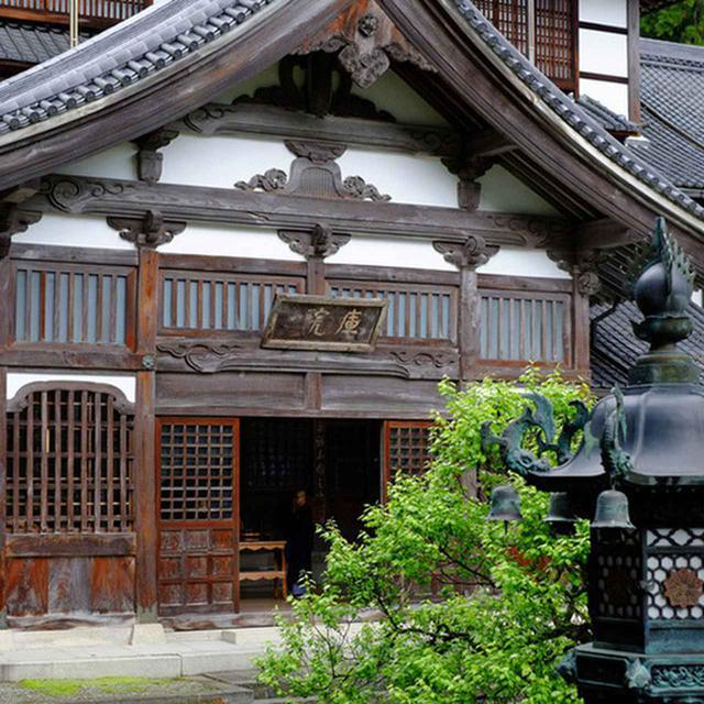 画像: 仏殿から見た大庫院。大きな屋根を持ち重厚感があります。地下1階地上4階の木造建築。