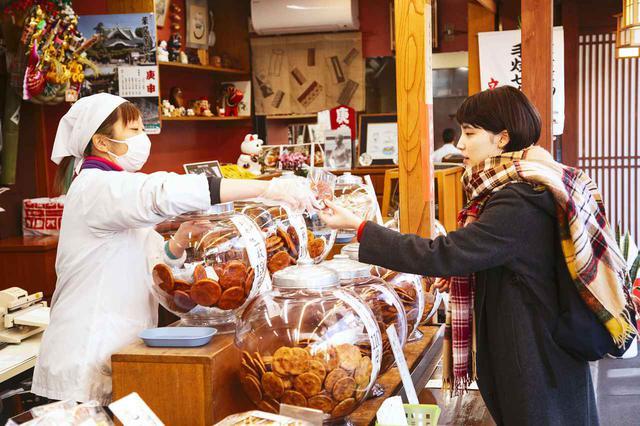 画像4: 昔ながらの手焼きせんべいを味わえる「立花屋煎餅店」