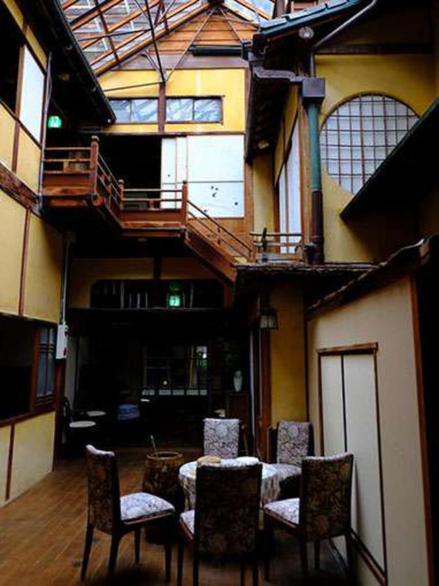 画像: 青石畳通りに面した歴史的な旅館「美保館」。国の登録有形文化財指定を受けています。
